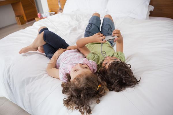 Magasról fotózva testvérek pihen ágy fiatal otthon Stock fotó © wavebreak_media