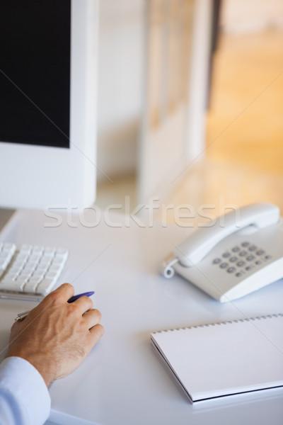 Casual empresário secretária bloco de notas telefone escritório Foto stock © wavebreak_media