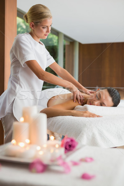 Glimlachend brunette schouder massage spa hotel Stockfoto © wavebreak_media