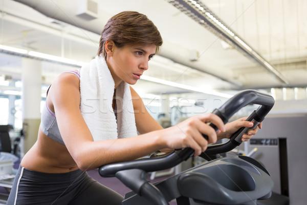 Dopasować koncentruje brunetka wykonywania rowerów Zdjęcia stock © wavebreak_media