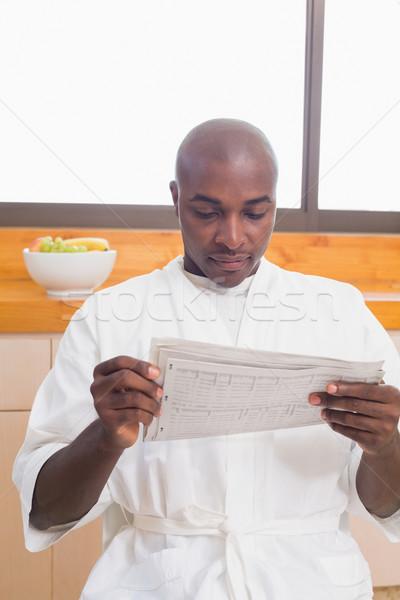 Gelukkig man badjas lezing krant home Stockfoto © wavebreak_media