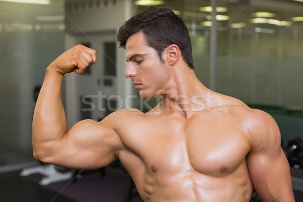 Muscular hombre músculos gimnasio primer plano sexy Foto stock © wavebreak_media