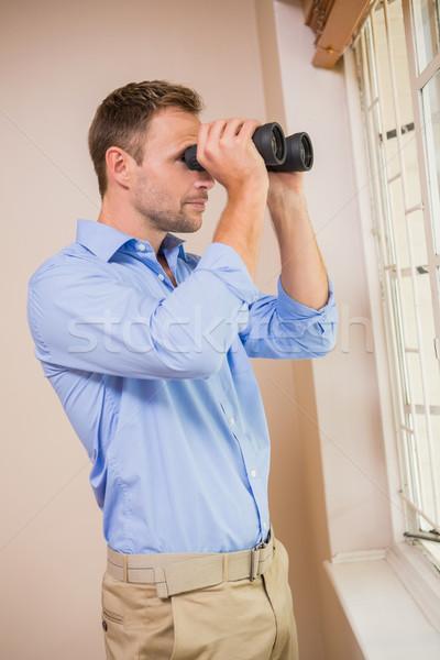 Man naar verrekijker home mannelijke permanente Stockfoto © wavebreak_media