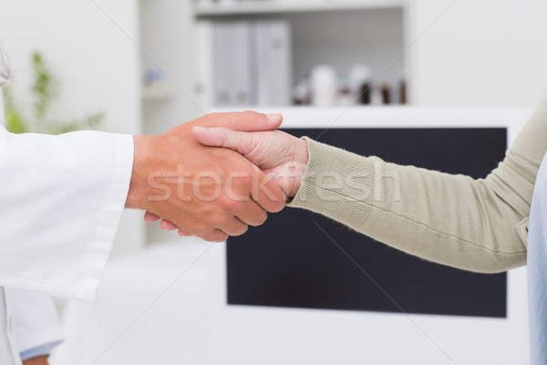 Mannelijke arts vrouwelijke patiënt handen schudden afbeelding kliniek Stockfoto © wavebreak_media