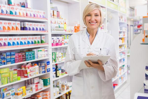 Mosolyog gyógyszerész ír vágólap gyógyszertár nő Stock fotó © wavebreak_media
