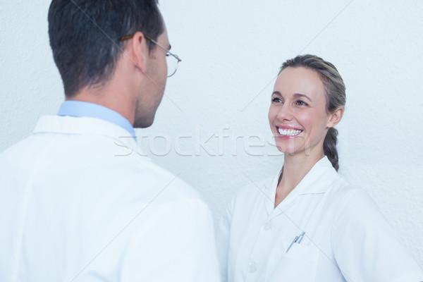Souriant dentistes discussion Homme Homme femme Photo stock © wavebreak_media