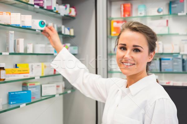 Gyógyszerész elvesz gyógyszer polc kórház gyógyszertár Stock fotó © wavebreak_media