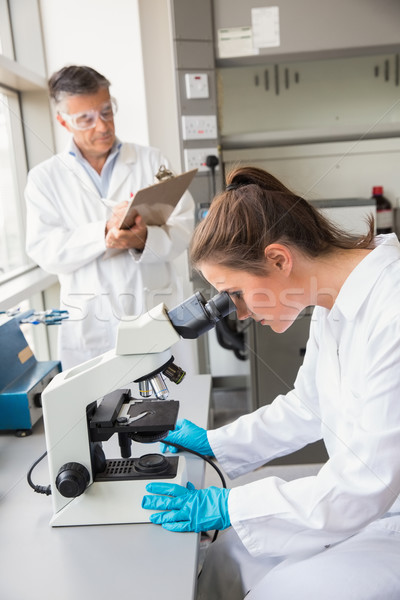 Jovem cientista olhando microscópio laboratório escolas Foto stock © wavebreak_media