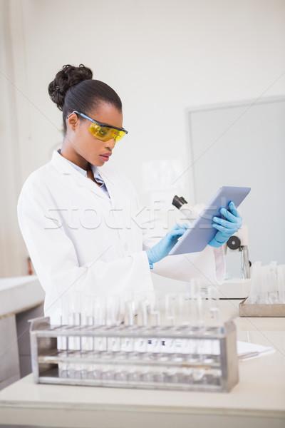 Koncentrált tudós dolgozik tabletta laboratórium orvosi Stock fotó © wavebreak_media