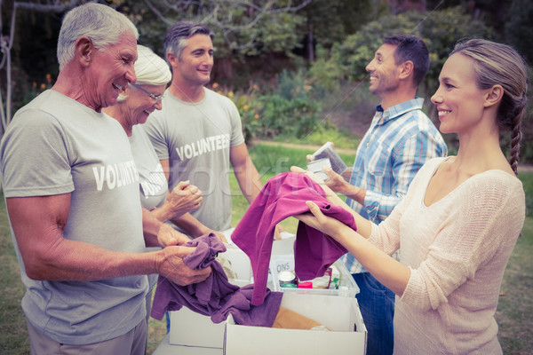 Feliz voluntario familia donaciones mujer Foto stock © wavebreak_media