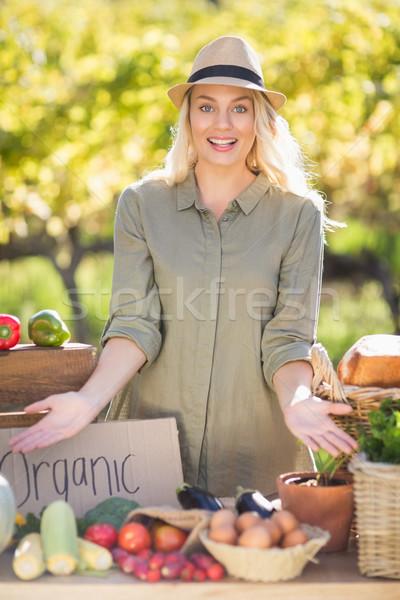 Souriant table locale alimentaire Photo stock © wavebreak_media