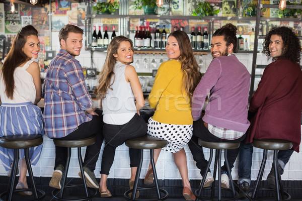 Barátok ül étterem portré mosoly divat Stock fotó © wavebreak_media