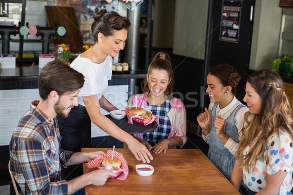 Camarera alimentos clientes restaurante alegre Foto stock © wavebreak_media