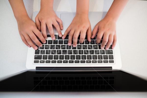 Broers en zussen hand met behulp van laptop keuken home computer Stockfoto © wavebreak_media