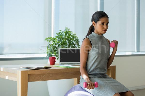 Gyönyörű igazgató emel súlyzók testmozgás fitnessz Stock fotó © wavebreak_media