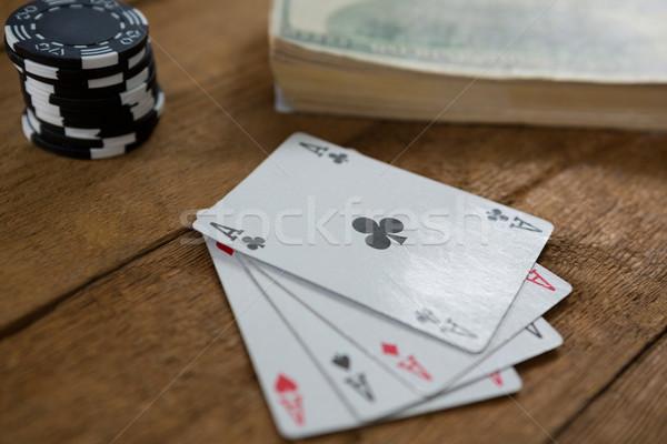 Primer plano cuatro aces chips dinero mesa de madera Foto stock © wavebreak_media