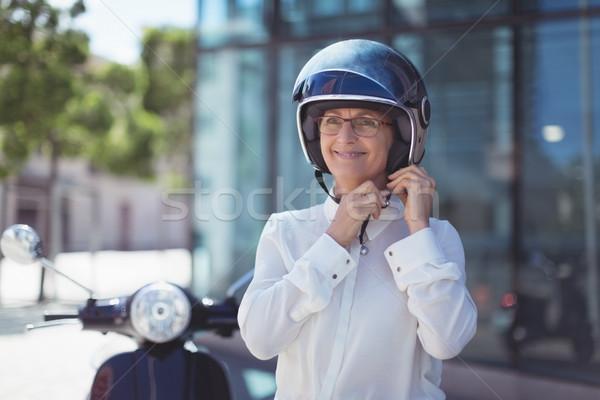Empresária capacete sorridente em pé edifício mulher Foto stock © wavebreak_media