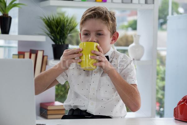 бизнесмен питьевой кофе желтый кружка столе Сток-фото © wavebreak_media