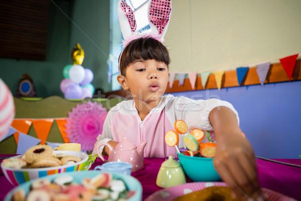 Lány sütik születésnapi buli otthon gyermek jókedv Stock fotó © wavebreak_media