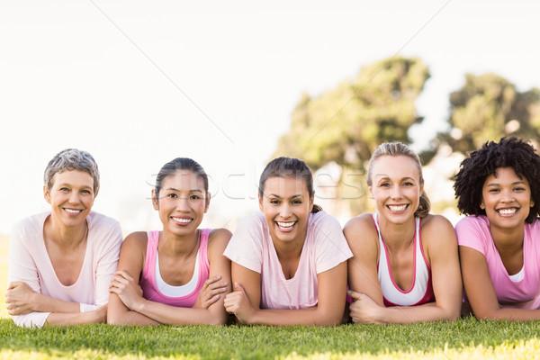 Glimlachend vrouwen rij roze borstkanker Stockfoto © wavebreak_media