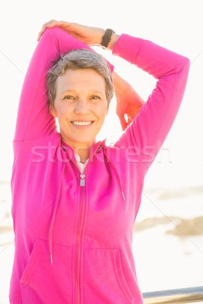 Mosolyog sportos nő nyújtás karok promenád Stock fotó © wavebreak_media