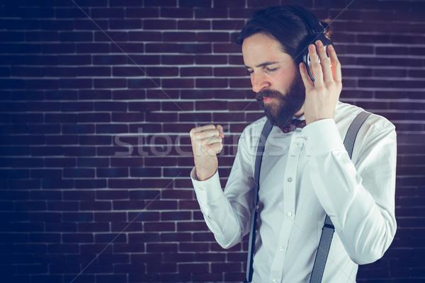 Ernst Hipster genießen Musik Backsteinmauer Stock foto © wavebreak_media