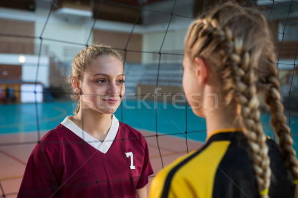 Twee vrouwelijke speler staren ander volleybal Stockfoto © wavebreak_media