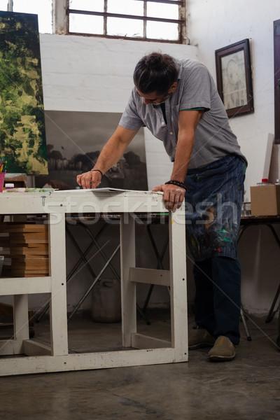 Attentif homme peinture table classe dessin Photo stock © wavebreak_media