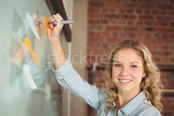 Retrato mujer de negocios escrito notas adhesivas oficina sonriendo Foto stock © wavebreak_media