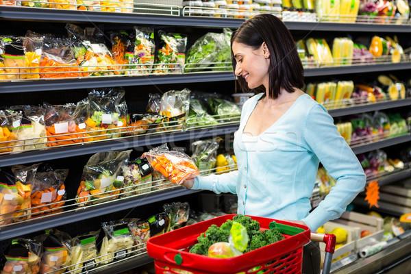 Glimlachende vrouw groenten supermarkt business vrouw Stockfoto © wavebreak_media