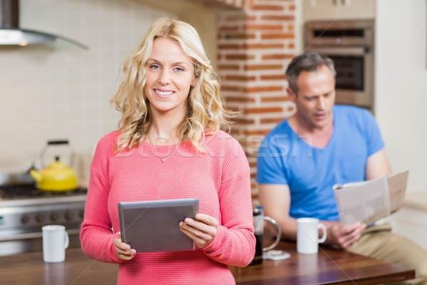 Szczęśliwy żona tabletka mąż czytania gazety Zdjęcia stock © wavebreak_media