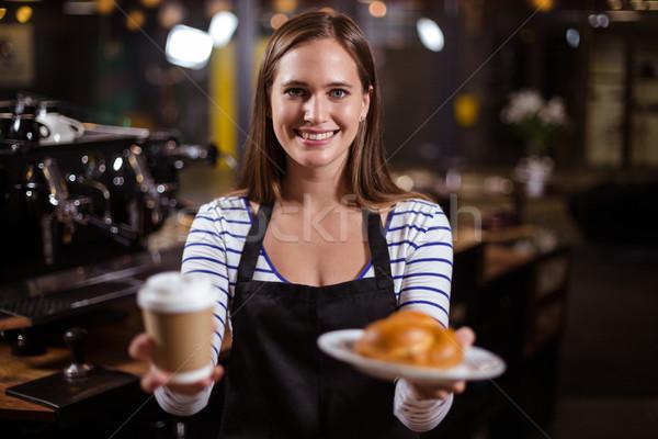 Joli barista jetable tasse alimentaire Photo stock © wavebreak_media