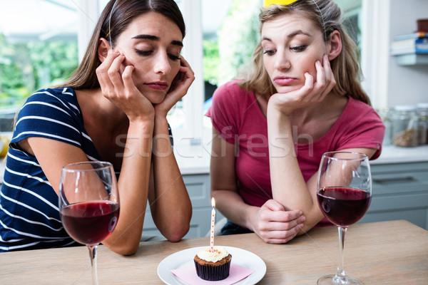Malheureux amis séance table fête d'anniversaire maison Photo stock © wavebreak_media