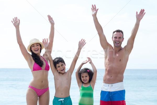 Boldog család karok a magasban tengerpart áll nő szeretet Stock fotó © wavebreak_media
