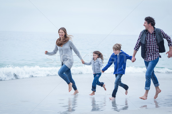 Famille courir mer rive mains tenant Photo stock © wavebreak_media