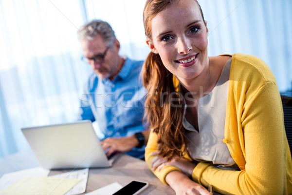Sonriendo mujer de negocios concentrado empresario oficina ordenador Foto stock © wavebreak_media