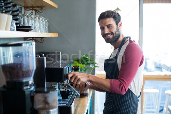 Glimlachend De ober beker koffie counter Stockfoto © wavebreak_media