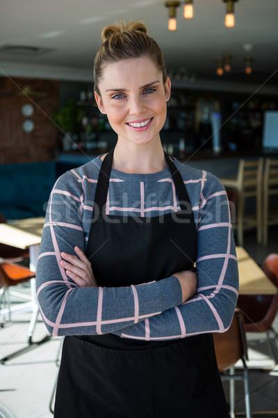 Retrato sonriendo camarera pie los brazos cruzados papel Foto stock © wavebreak_media