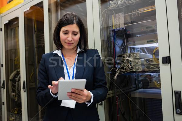 Técnico digital tableta servidor habitación mujer Foto stock © wavebreak_media