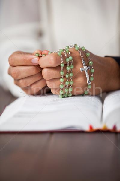 Imádkozik kezek nő rózsafüzér Biblia fából készült Stock fotó © wavebreak_media