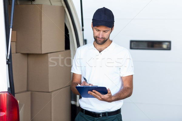 Mensajero escrito portapapeles pie van fuera Foto stock © wavebreak_media