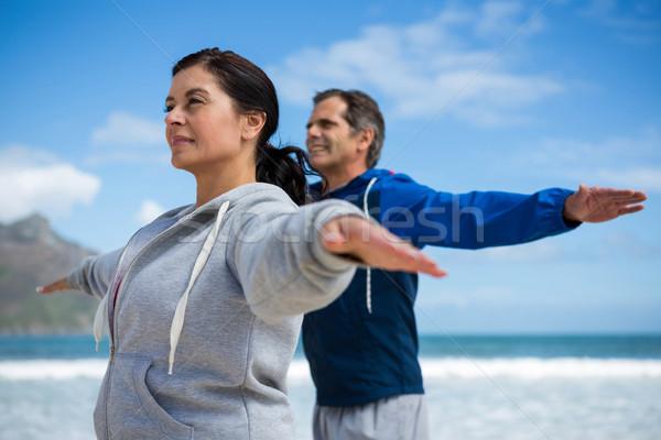 Pár előad nyújtás testmozgás tengerpart nő Stock fotó © wavebreak_media