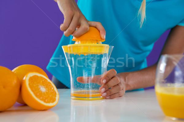 Mulher suco de laranja violeta comida cozinha laranja Foto stock © wavebreak_media