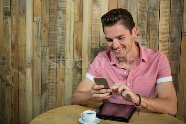 笑みを浮かべて 男 スマートフォン 表 コーヒーショップ 食品 ストックフォト © wavebreak_media