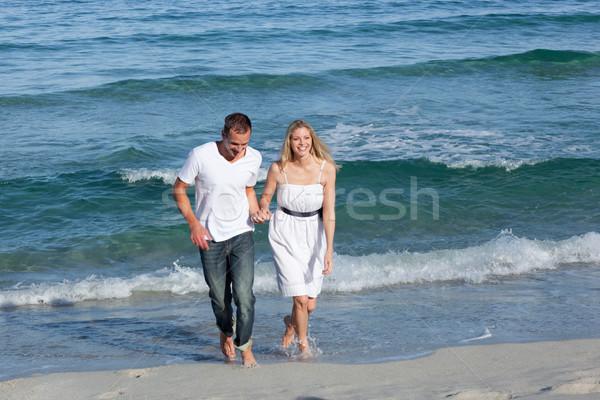 Afectuos îndrăgostiţi mers împreună femeie Imagine de stoc © wavebreak_media