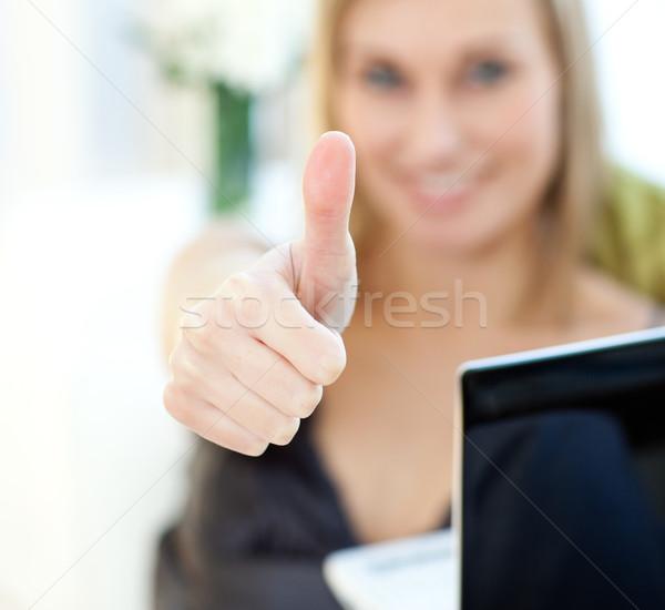 Vrouw surfen internet vergadering sofa Stockfoto © wavebreak_media