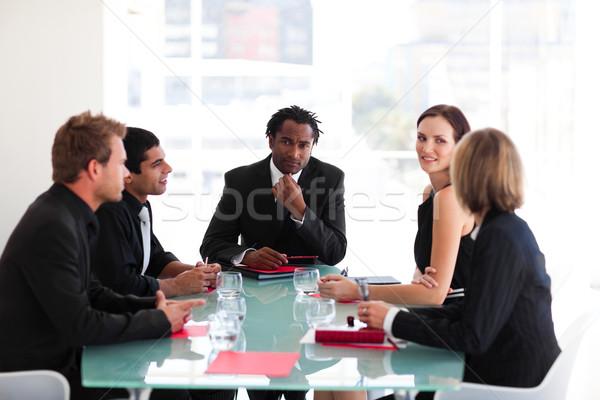 Nadenkend leiderschap naar camera vergadering afrikaanse Stockfoto © wavebreak_media