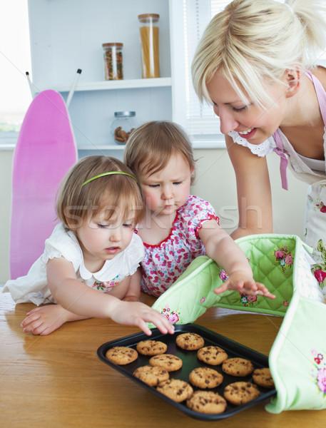 Moeder cookies twee meisjes familie Stockfoto © wavebreak_media