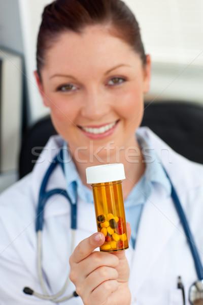 Elragadtatott női orvos tart tabletták kamera Stock fotó © wavebreak_media