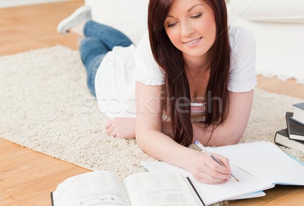 Gyönyörű lány tanul szőnyeg nappali iskola Stock fotó © wavebreak_media